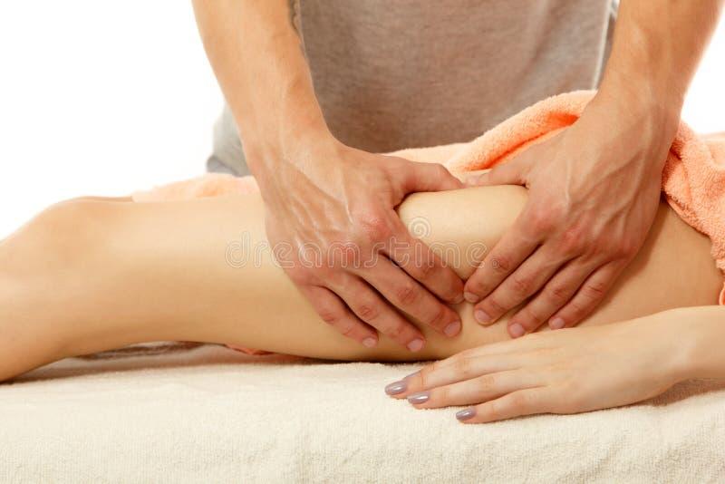 Masseur macht anticellulite Massage junge Frau auf Whit stockfotografie
