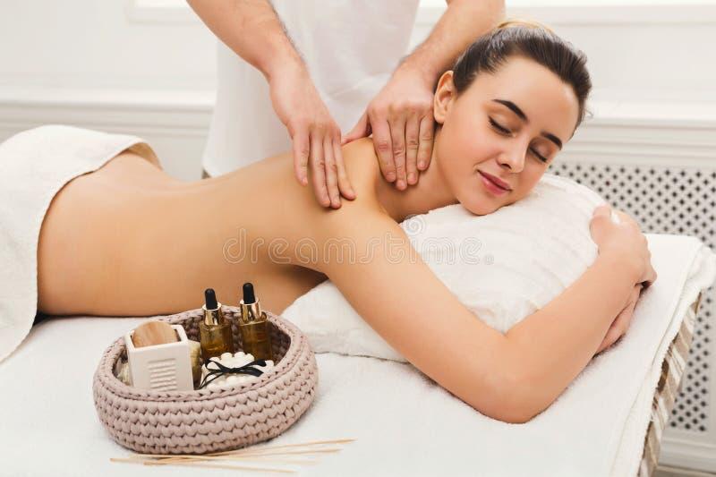 Masseur masculin faisant le massage d'organisme professionnel photo libre de droits