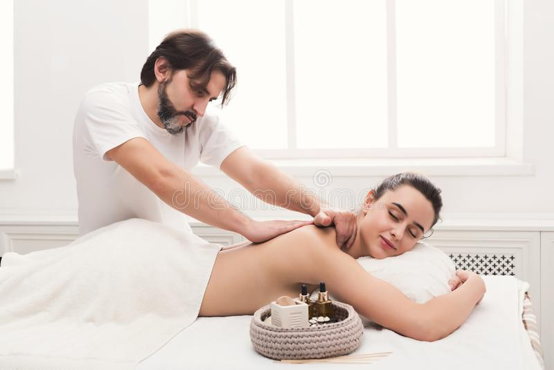 Masseur masculin faisant le massage d'organisme professionnel image stock