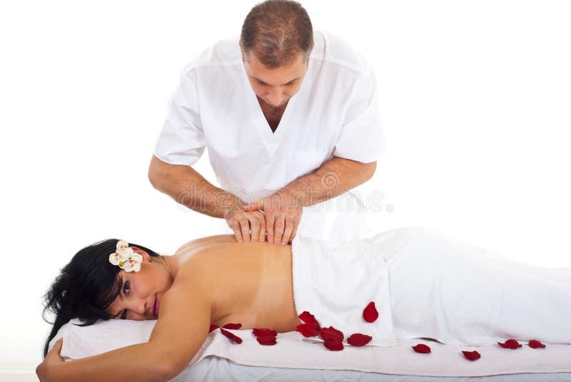 Masseur profissional que dá a massagem da mulher imagens de stock royalty free