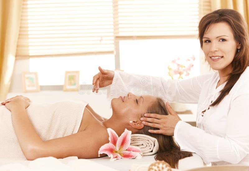 Masseur que faz a massagem principal fotos de stock royalty free