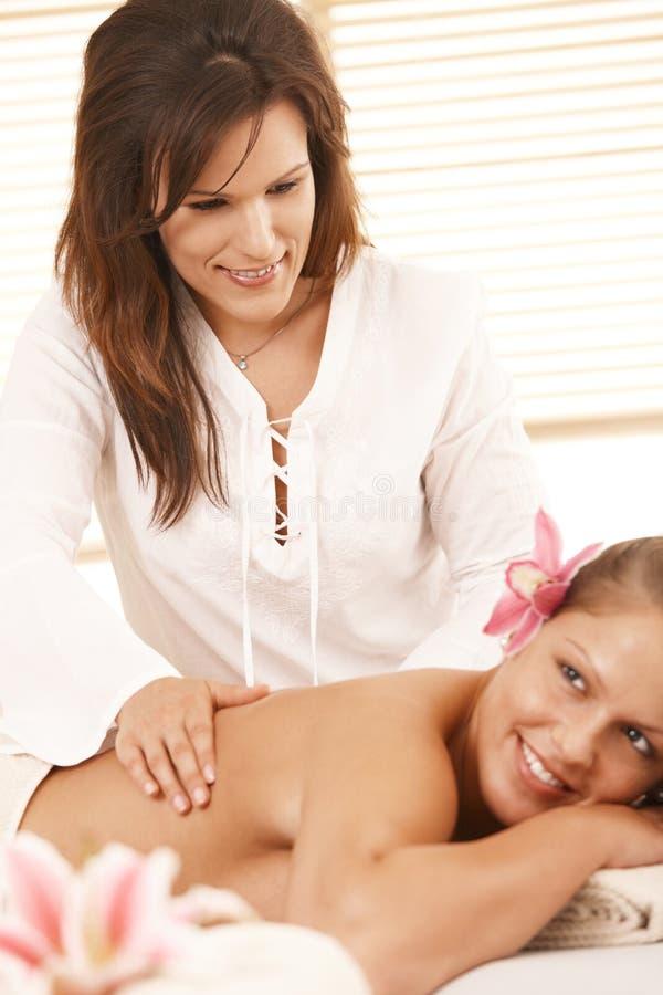 Masseur que faz a massagem profunda do tecido imagem de stock royalty free