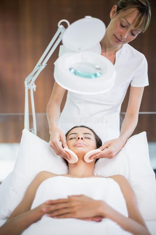 Masseur que faz massagens a mulher imagens de stock