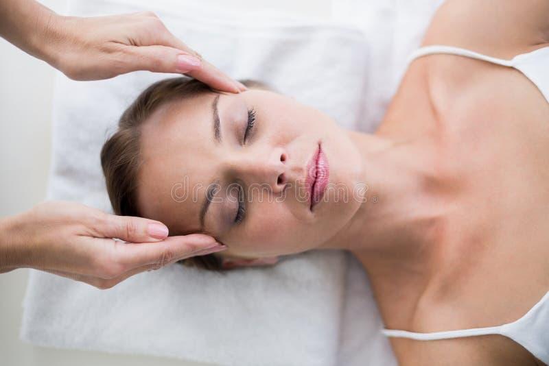Masseur que faz massagens a mulher fotografia de stock