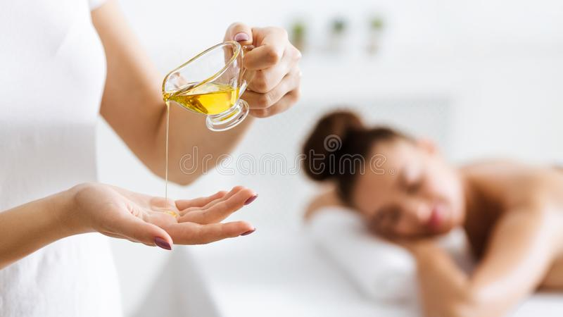 Masseur se préparant à faire le massage d'huile d'aromatherapy image libre de droits