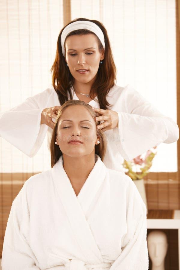 Masseur som gör den head massagen royaltyfria foton
