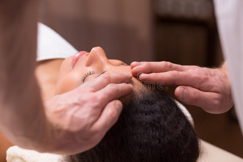 Masseur som gör den head massagen royaltyfria bilder