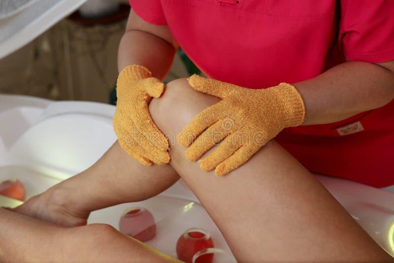 Masseur som gör massage på kvinnahuvuddel i brunnsortsalongen Stående över vit bakgrund Behandling för händer för kvinnor för Spa arkivbild