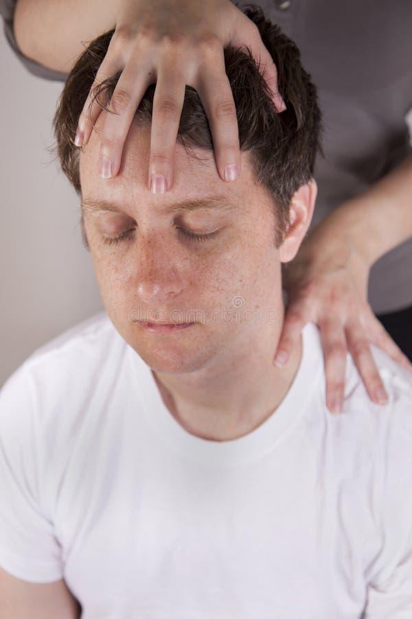 Masseuse donnant le massage principal image stock