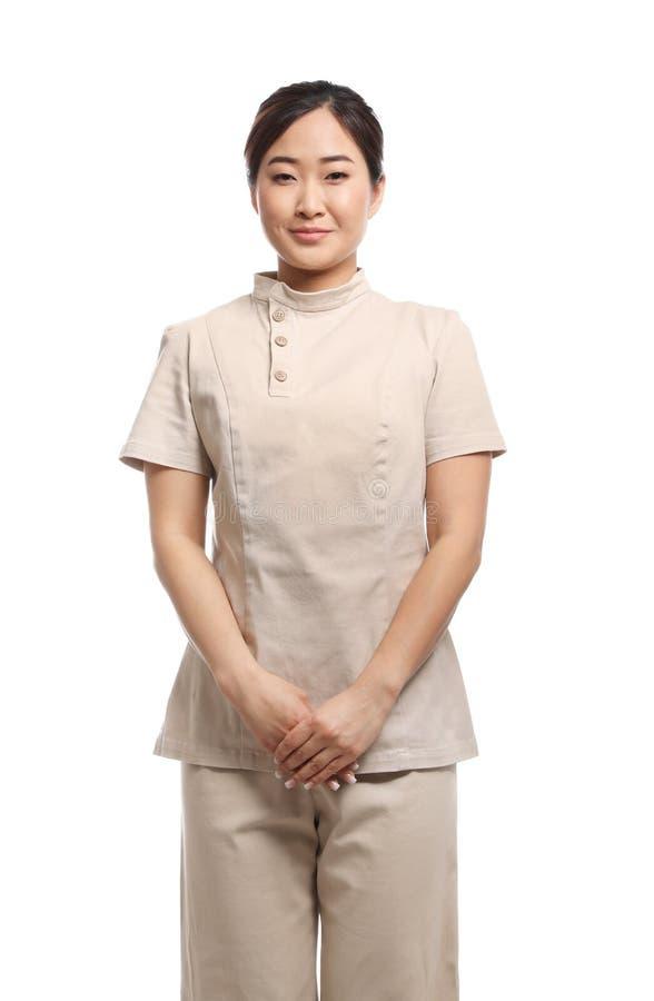 Masseuse professionnelle dans l'uniforme de station thermale sur le blanc photos stock