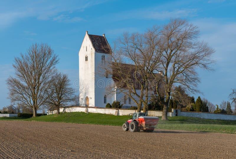 massey福格逊拖拉机传播的肥料的农夫 免版税库存照片
