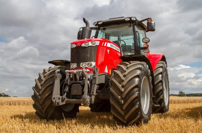 Massey Ferguson 7726 parkte oben auf Stoppel auf dem Erntegebiet lizenzfreies stockfoto