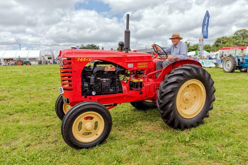 Massey Harris 744 PD-traktor royaltyfria bilder