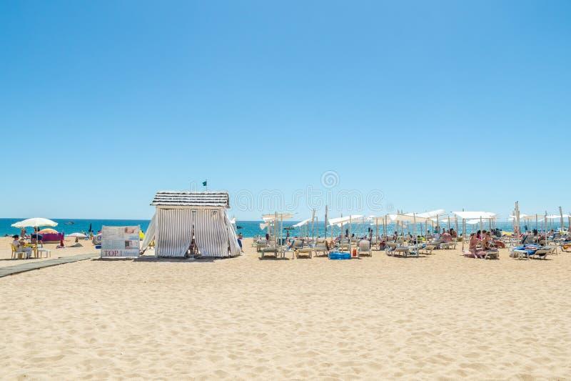 Massez la tente et les lits pliants sur la plage d'Albufeira, Algarve, Portugal photo stock