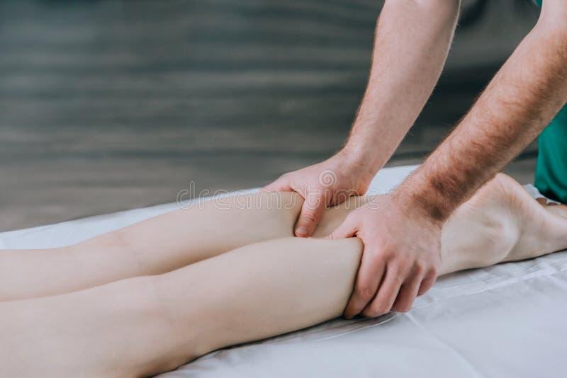 Massez le thérapeute pour faire un massage de pied de femme photographie stock libre de droits