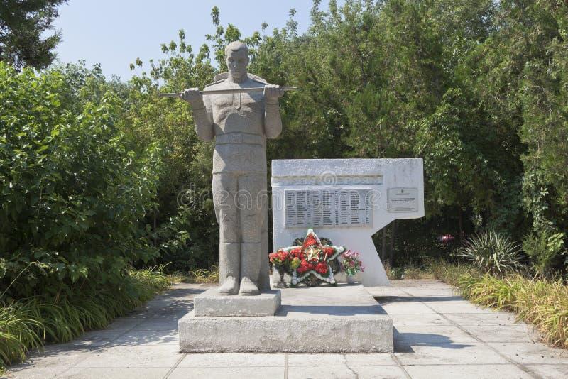 Massgrav av sovjetsoldater som dog i striderna med de fascistiska angriparna i bosättningen av Dzhemete, Anapa fotografering för bildbyråer