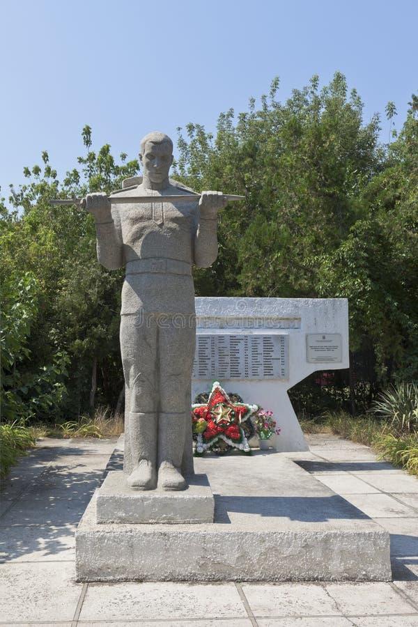 Massgrav av sovjetsoldater, som dog i striderna med de fascistiska angriparna, 1943 i byn av Dzhemete, Anapa arkivfoto