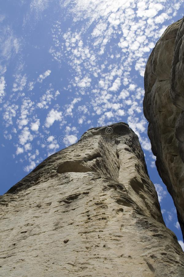 Massi contro il cielo blu fotografia stock