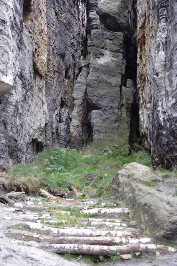 Massi della roccia attaccati fra la montagna fotografie stock