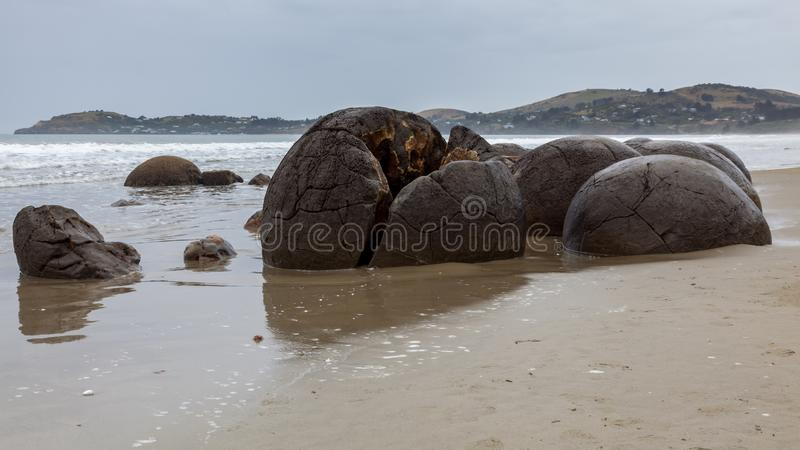Massi di Moeraki alla spiaggia di Koekohe sulla costa Wave tagliata di Otago della Nuova Zelanda immagini stock