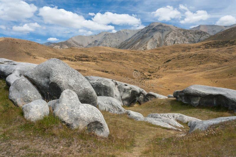 massi erosi della roccia alla collina del castello immagini stock