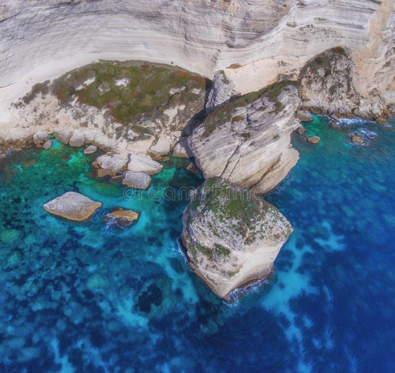 Massi giganti nella rottura del mare a partire dalla costa del calcare fotografia stock libera da diritti