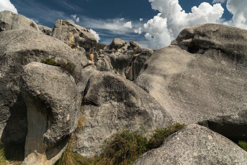 Massi giganti nelle montagne, collina del castello, Nuova Zelanda del calcare fotografia stock