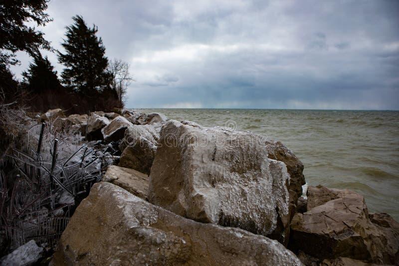 Massi scenici di Rocky Shore Foreboding Weather Icy del fondo del paesaggio immagine stock libera da diritti