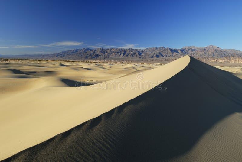 Massief zandduin in de Vallei van de Dood stock afbeelding