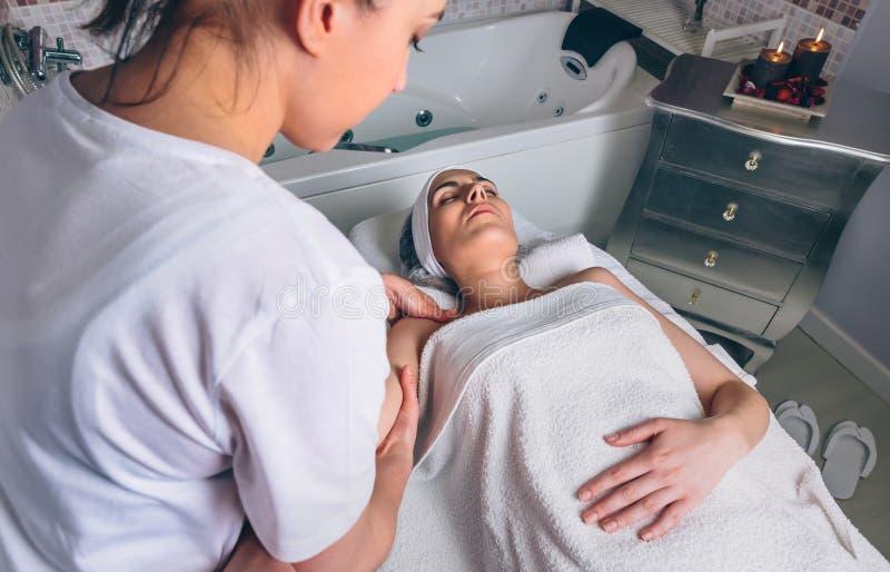 Massieren Sie den Therapeuten, der Lymphentwässerungsbehandlung Frau antut stockfoto