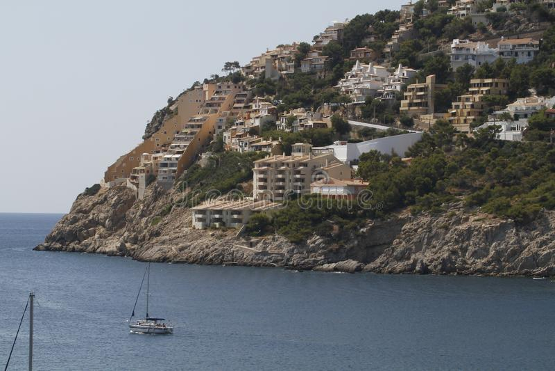 Download Massieve Bouw Dichtbij Het Overzees In Mallorca Redactionele Afbeelding - Afbeelding bestaande uit middellandse, hotel: 114225420