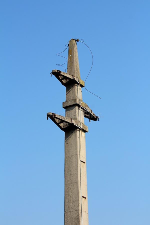 Massieve concrete elektronutspool met besnoeiings elektrodraden die vanaf bovenkant hangen stock fotografie