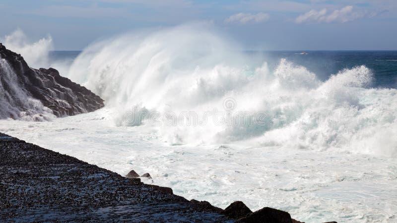 Massieve golf die de kust in Tenerife raken royalty-vrije stock afbeeldingen