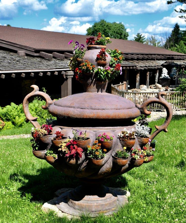 Massieve Planter bij Huis op een Rots stock afbeelding