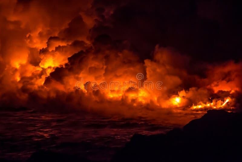 Massieve vulkanische lavastroom en vurige uitbarsting in Hawaï royalty-vrije stock foto