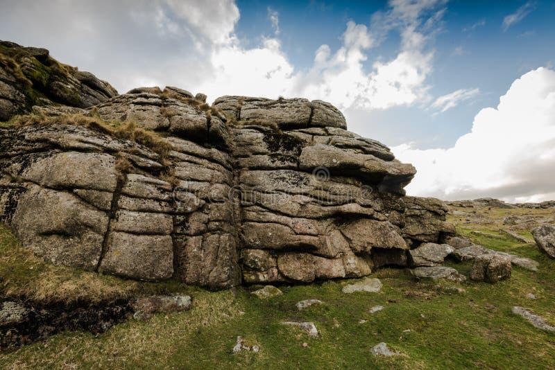 Massif de roche d'affleurement de granit en parc de Dartmoor, R-U photos libres de droits