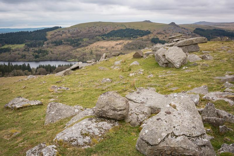 Massifs de roche de Dartmoor le jour d'hivers image stock