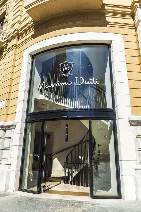 Massimo Dutti lager i Barcelona royaltyfri bild