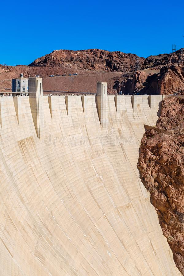 Massiv betongvägg på dammsugarefördämningen royaltyfri foto