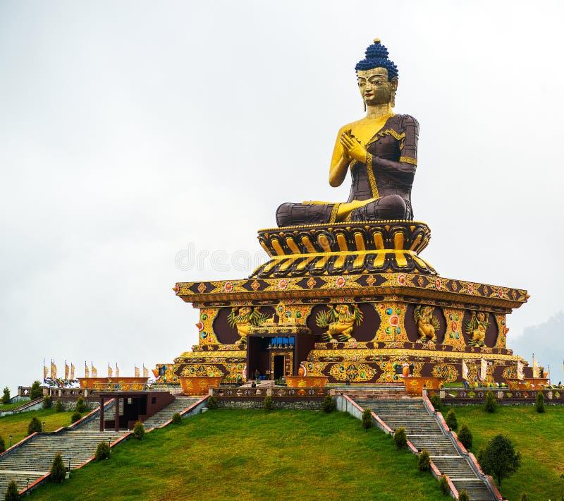 Massiv bronsstaty av Buddha i Sikkim, Indien arkivfoton