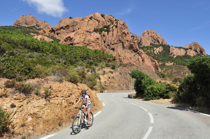 Massiv de l Esterel som cyklar, skjul D Azur, Provence, Frankrike royaltyfria bilder