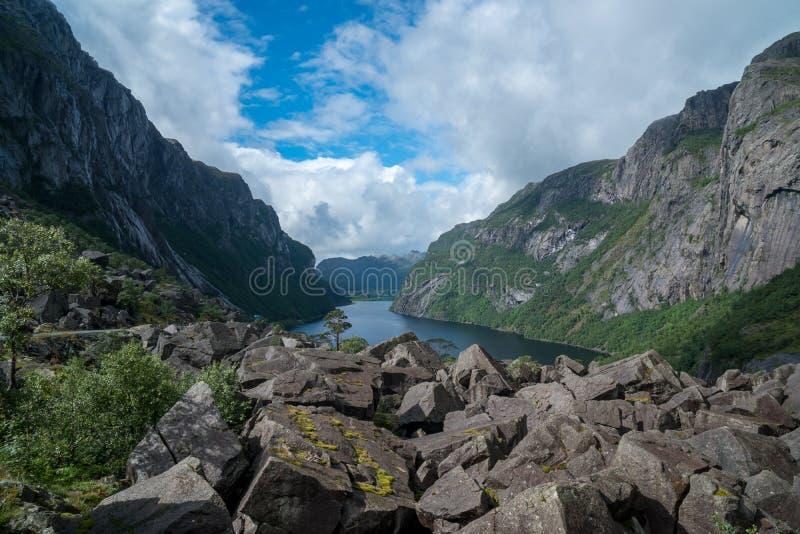 Massiv fjord i Norge med stenar i framdel fotografering för bildbyråer