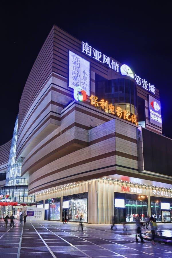 Massiv framdel av shoppinggallerian på natten, Kunming, Kina arkivfoton