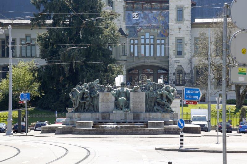 Massiv monument på bakgrunden av byggnaden royaltyfria foton