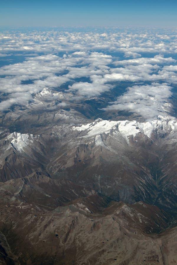 Massiv och moln, sikt från nivån _ arkivbild