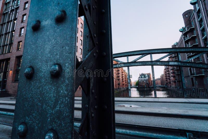 Massiv stålkonstruktion av den Poggenmoehlenbruecke bron nära Wasserschlossen Hamburg Hafencity royaltyfri foto