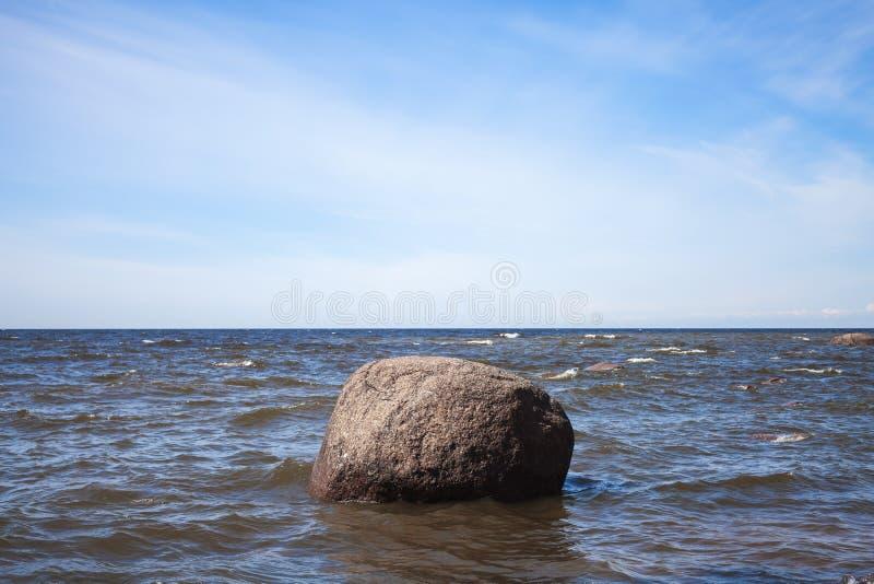 Massiv sten i havsvatten, Östersjön royaltyfri foto
