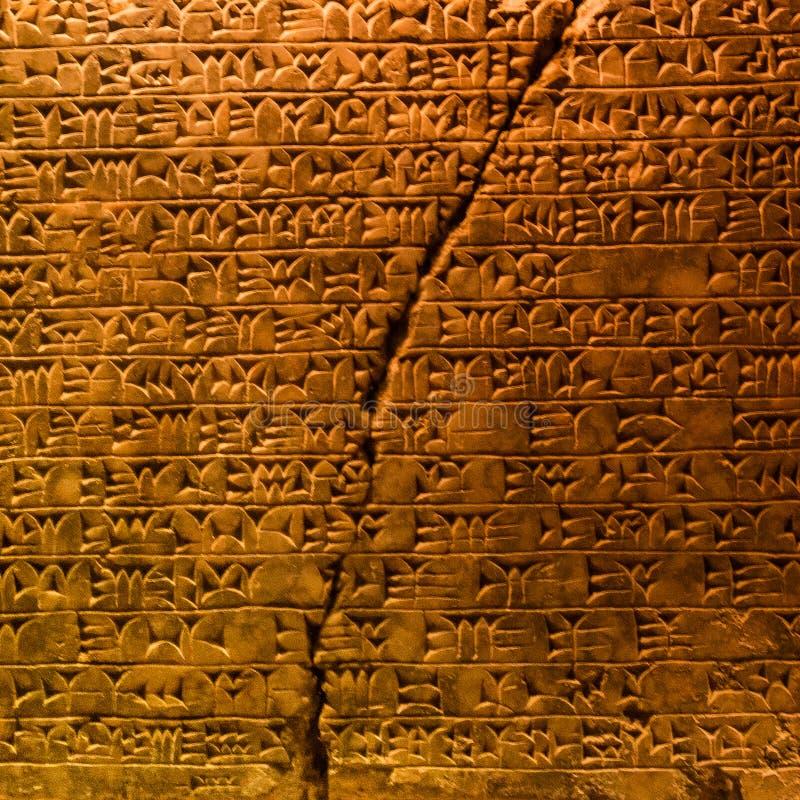 Massiv upplyst granitsarkofag av egyptisk farao och royaltyfri bild