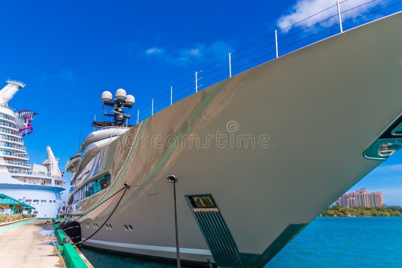 Massiv yacht på skeppsdockan royaltyfria bilder