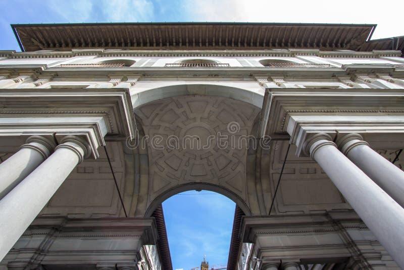 Massiva kolonner och bågar av det Uffizi gallerit i Florence, det arkivbilder
